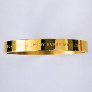 Bangle armband love life and enjoy every moment goud - mooie tijdloze armband met de mooie tekst 'Love life and enjoy every moment'. De armband is gemaakt van RVS dus deze blijft mooi. Deze armband kost € 17,95. Wij versturen alle armbanden in een gezellige cadeauverpakking naar je toe.