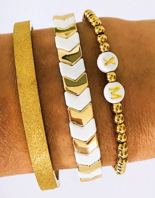 Goud wit initials armbanden