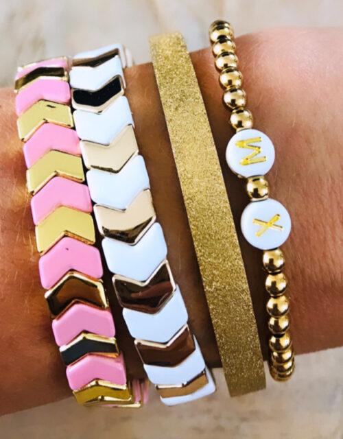 Goud wit pink initial armbanden