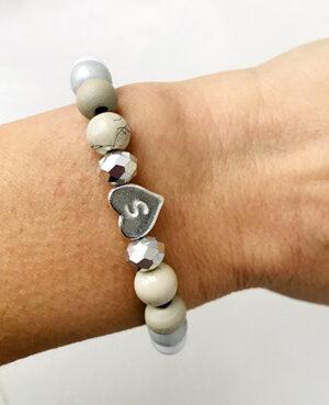 Initial kralen armband grijs taupe