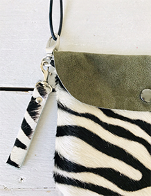 Label Six clutch en bum bag in zebra print groen