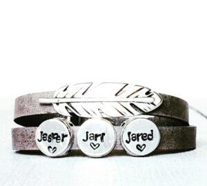 Armband met eigen namen grijs met veer