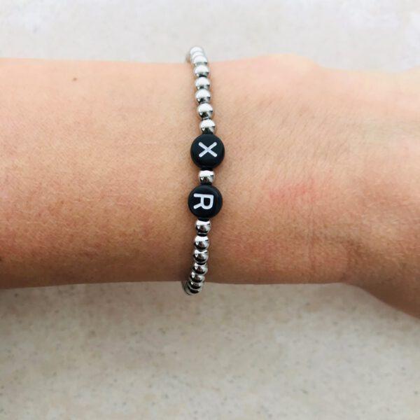 Zilver zwarte initial armband